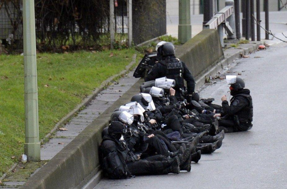 Policininkai netoli parduotuvės Paryžiuje, kurioje ginkluotas vyras laiko įkaitus.