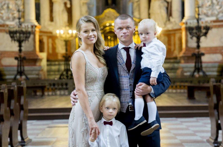 Darvydas Šernas ir Sandra Šernė su sūnumis Darvydu ir Kajumi