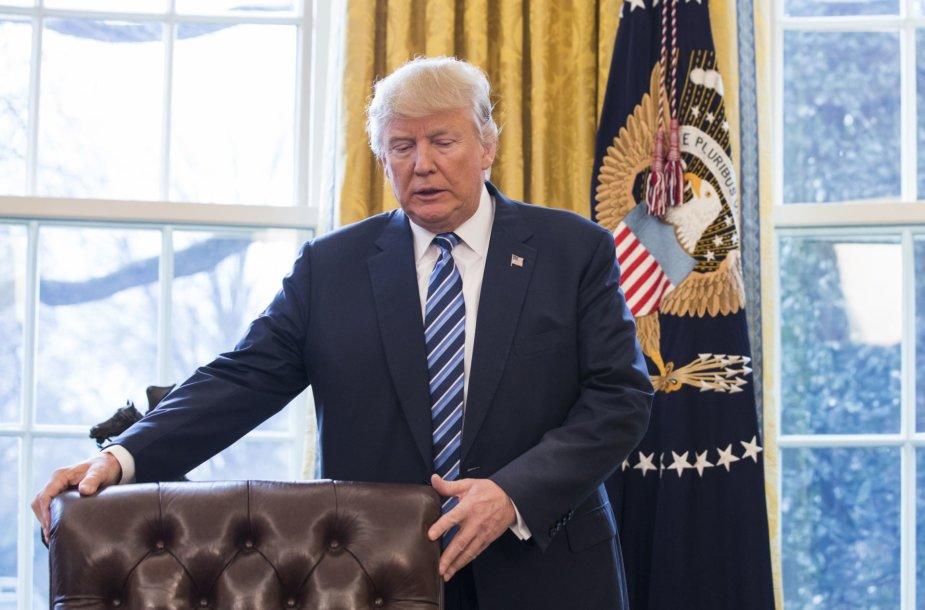 Donaldas Trumpas Ovaliniame kabinete