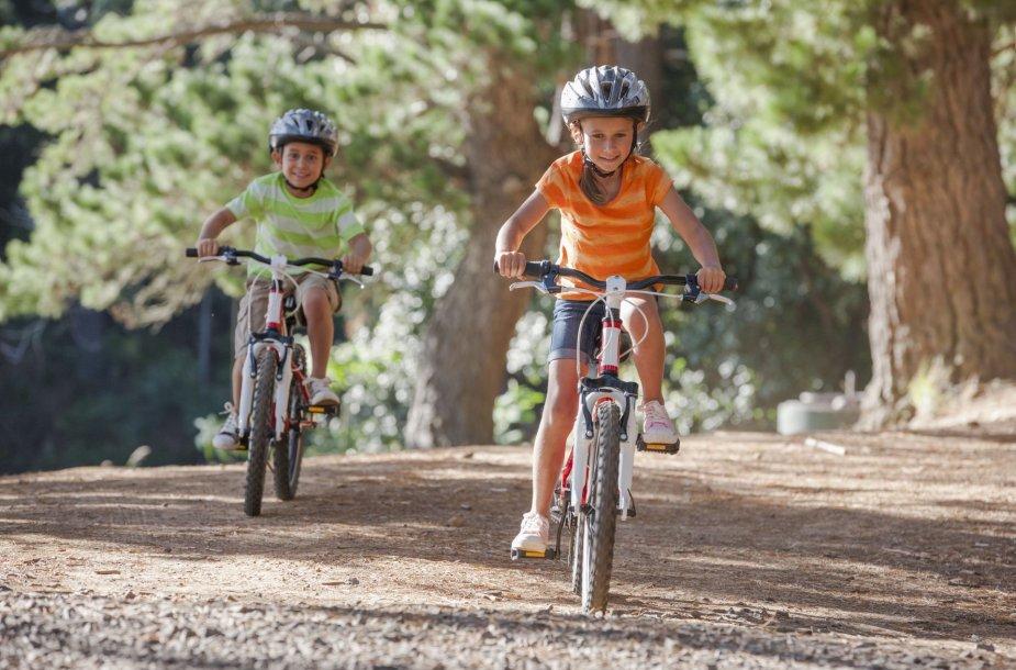 Vaikai važinėjasi dviračiais