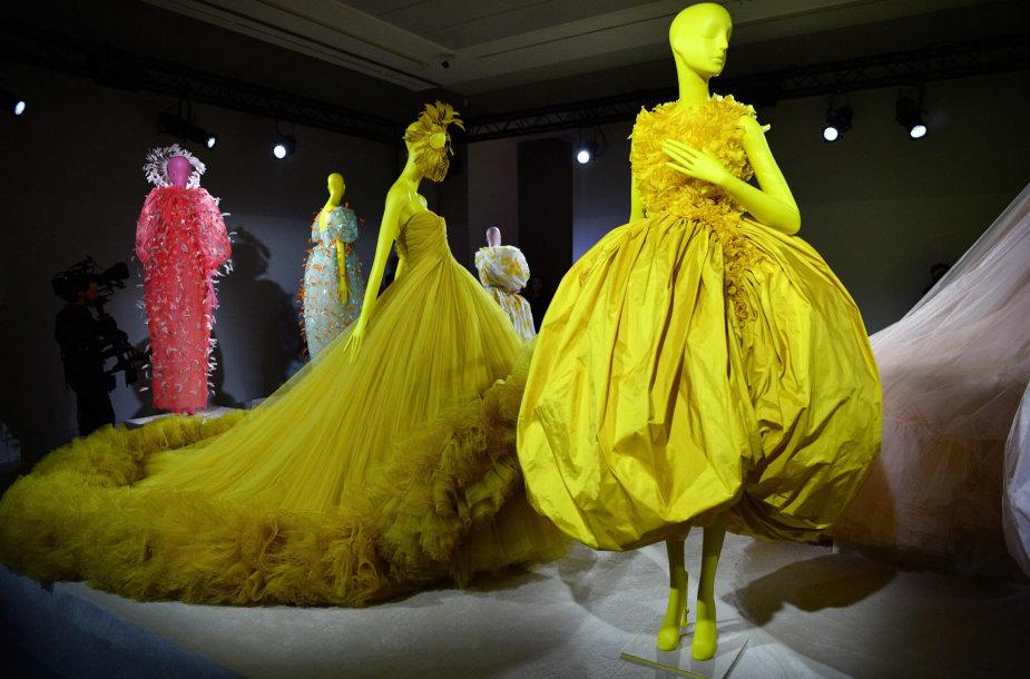 """""""Giambattista Valli"""" 2020 m. pavasario ir vasaros kolekcijos modeliai"""