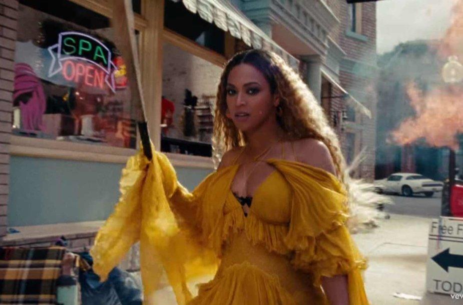"Beyonce vaizdo klipe ""Hold Up"""