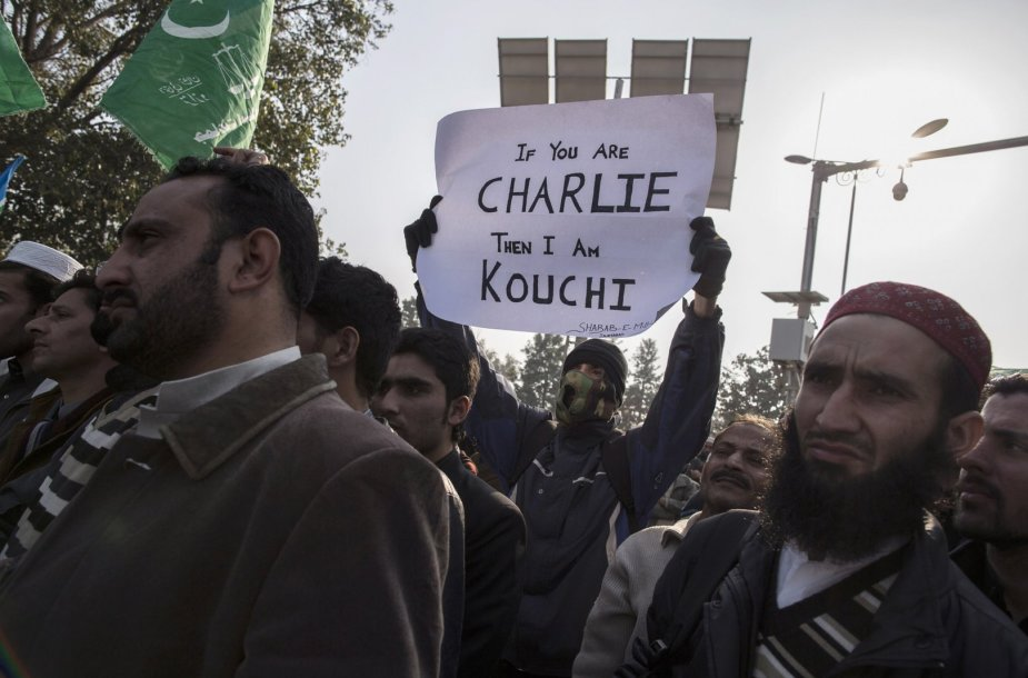 """Pakistane protestas dėl Prancūzijos savaitraščio """"Charlie Hebdo"""" spausdinamų musulmonus įžeidžiančių karikatūrų."""