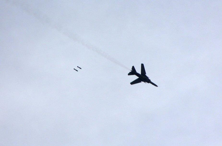 Sirijos pajėgų naikintuvas meta bombas ant Damasko