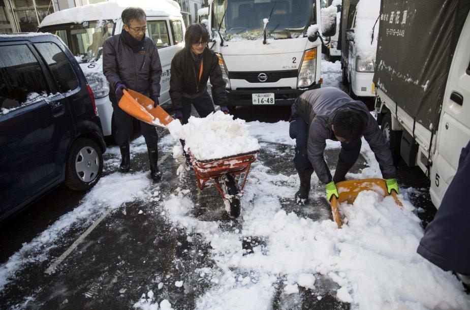Japonijos sostinę užklojo sniegas