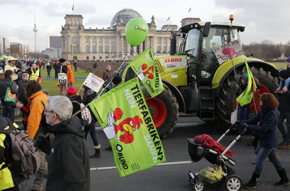 Vokietijos ūkininkai protestuoja prieš GMO.
