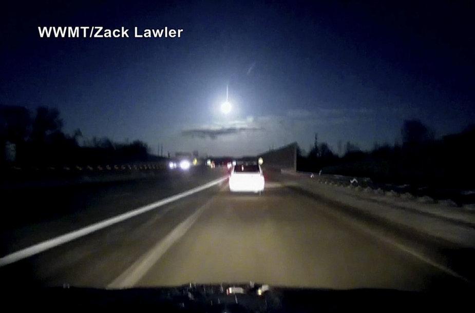Meteoras, nušvietęs dangų virš Mičigano