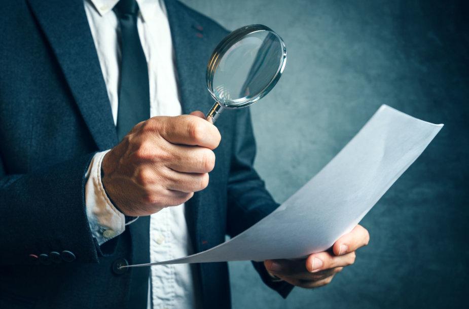Inspektorius tikrina dokumentus