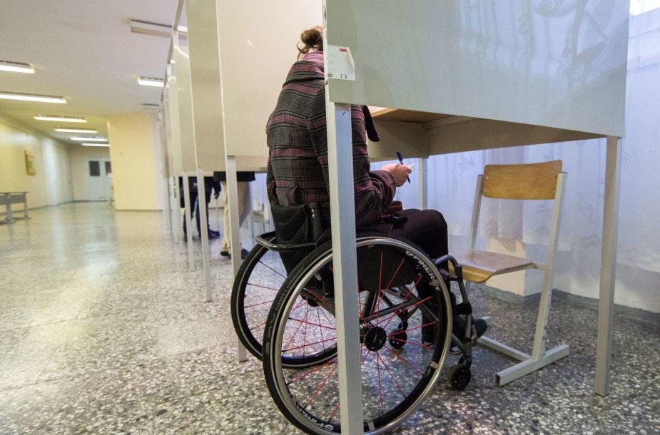 Sekmadienį balsavusiems neįgaliesiems teko įveikti tikrą kliūčių ruožą