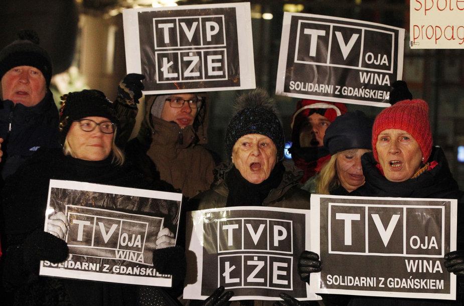 Protestas prie TVP būstinės Varšuvoje