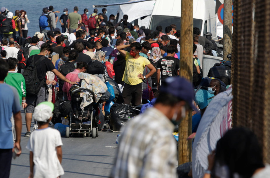 Graikijos policija pradėjo perkelti benamius migrantus į naują stovyklą Lesbe