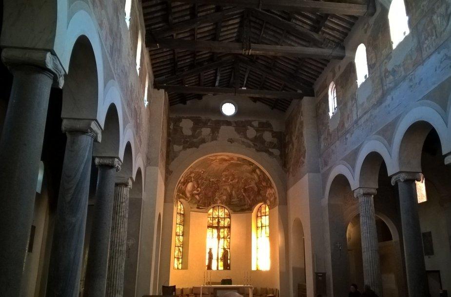 Atoki, maža, auksinės onikso šviesos nužerta bažnyčia Romoje