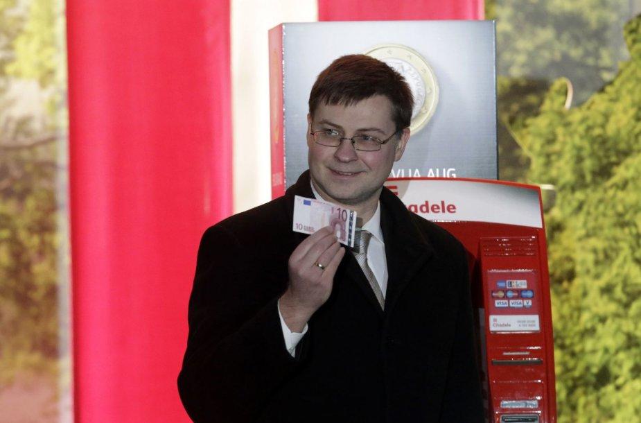 Valdis Dombrovskis su 10 eurų banknotu