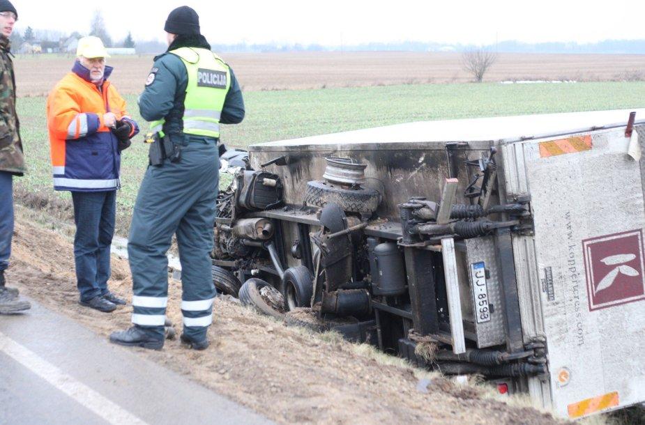 Joniškio aplinkkelyje naktį per avariją žuvo jaunas vairuotojas