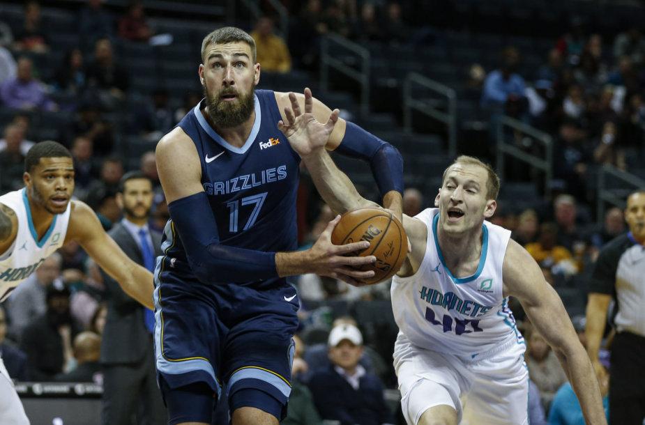 """Jonas Valančiūnas pelnė 18 taškų per mačą su """"Hornets""""."""