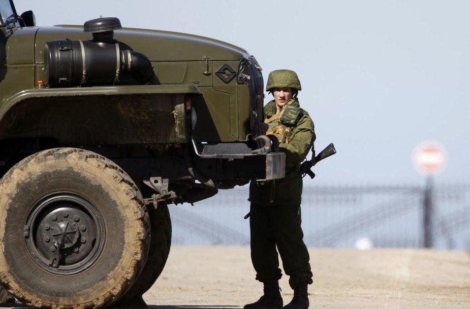 Rusijos karys prie karinio sunkvežimio