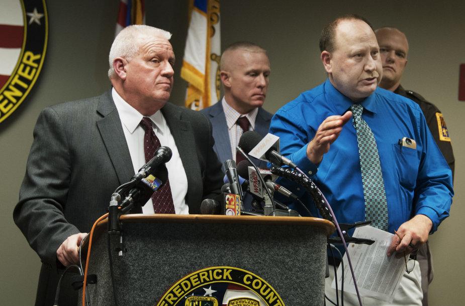 Frederiko apygardos šerifas Charlesas Jenkinsas (kairėje)