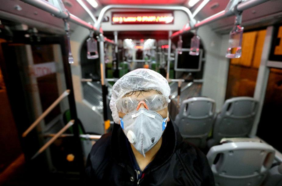 Žmogus su kauke autobuse