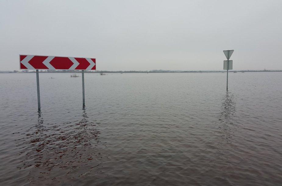 Lenkijoje automobilį išsinuomojusios prancūzės kelionę baigė Rusnės potvynio vandenyse.