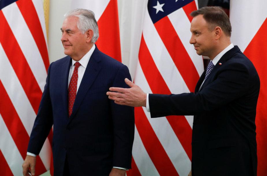 R.Tillersonas (kairėje) ir A.Duda Varšuvoje