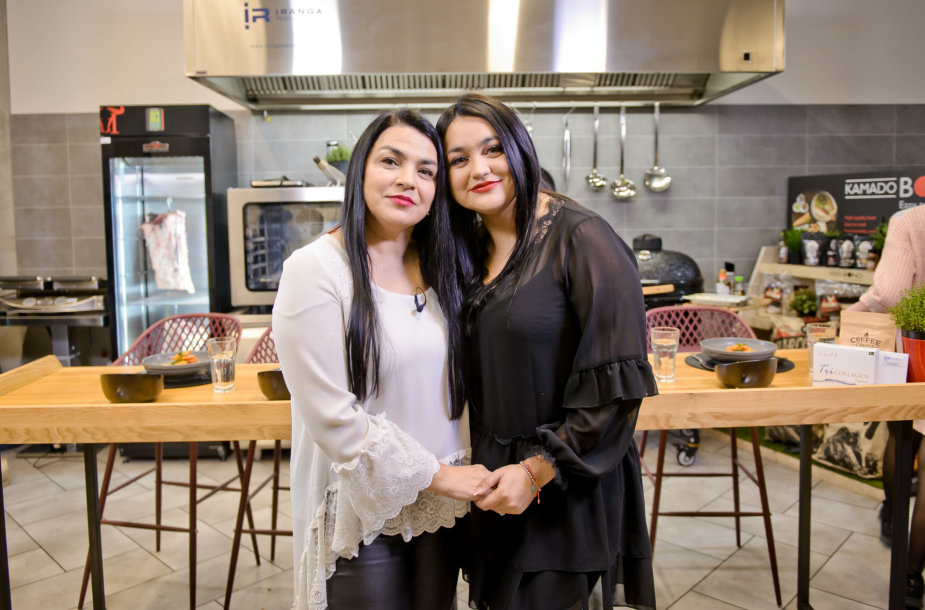 """Giulija Baužienė su dukra Monika Sakalauskaitė-Falcon televizijos laidoje """"Virtuvės istorijos"""""""