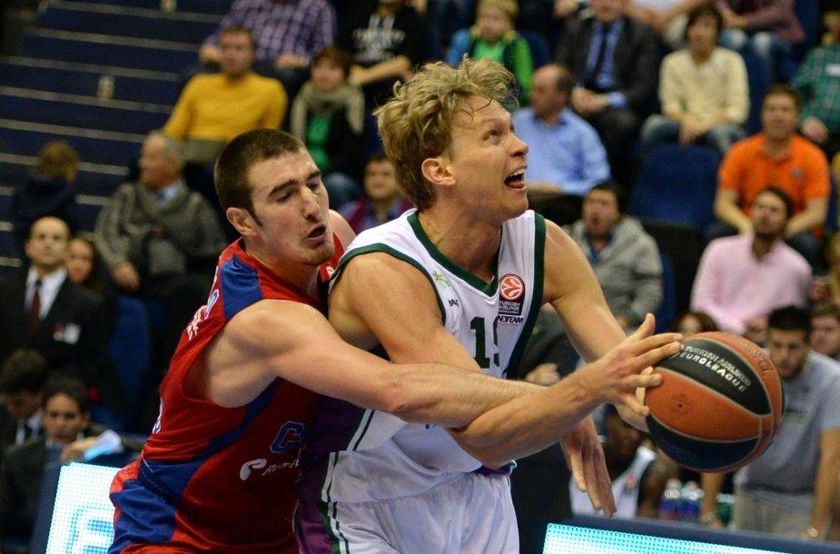 Mindaugas Kuzminskas ir  CSKA žaidėjas Nando de Colo