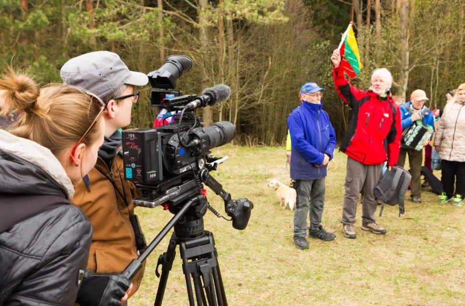 Filmavimo komanda fiksuoja alpinisto Vlado Vitkausko sveikinimus Algimantui gimtadienio proga