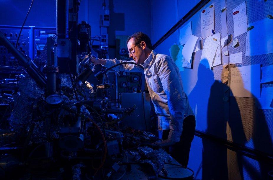 IBM nanotechnologijų mokslininkas Christopheris Lutzas skenuojančiu tuneliniu mikroskopu įrašo informaciją į mažiausią pasaulio magnetą – holmio atomą.