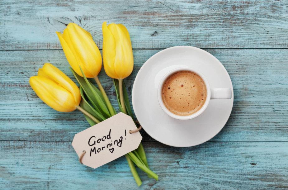 Pusryčių kava ir gėlės