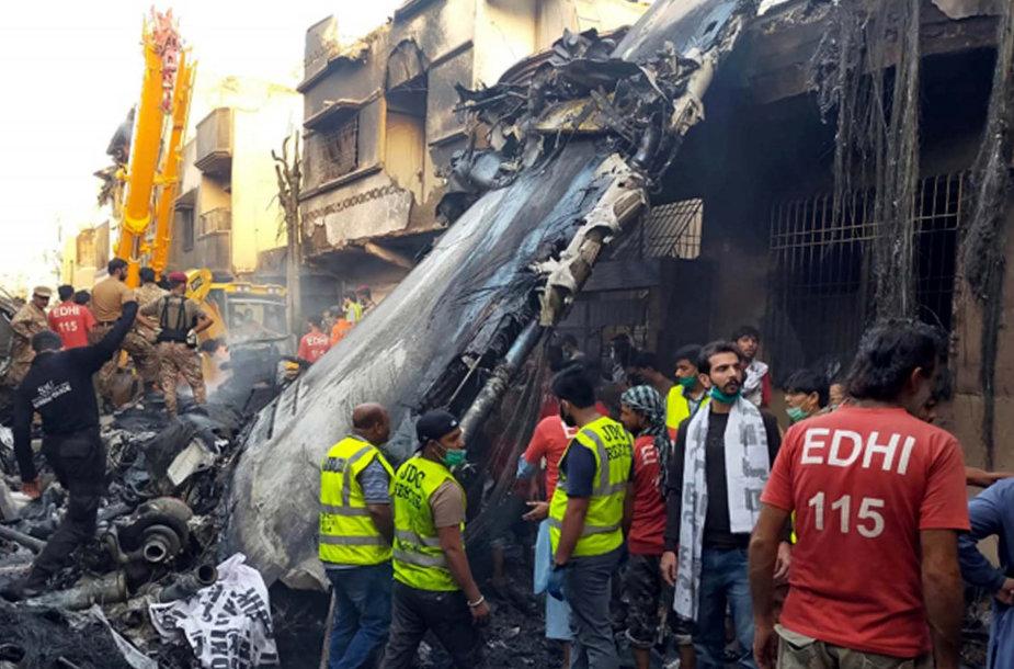 Pakistane po lėktuvo katastrofos rasta mažiausiai 40 kūnų
