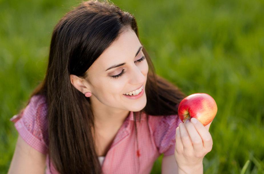 Moteris ir obuolys