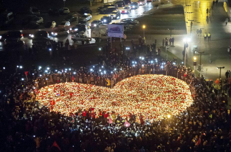 Širdis iš žvakių nužudytam Gdansko merui Pawelui Adamowicziui
