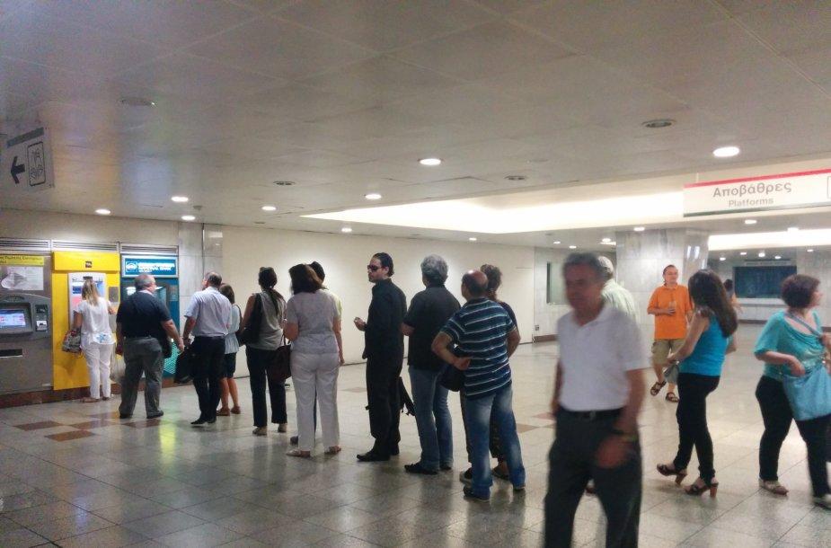 Žmonės puolė prie bankomatų.