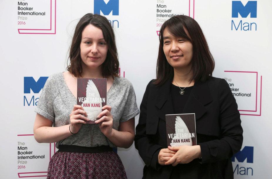 Han Kang (dešinėje) su savo knygos vertėja Deborah Smith