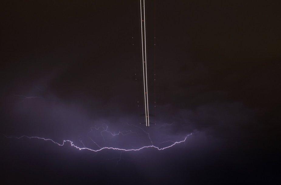 Las Vegase per audrą kylantis lėktuvas
