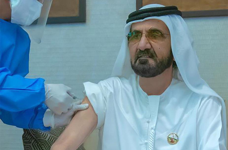 """Kiniška įmonės """"Sinopharm"""" vakcina injekuojama Dubajų valdančiam kronprincui Mohammedui bin Rashidui Al-Maktoumui"""