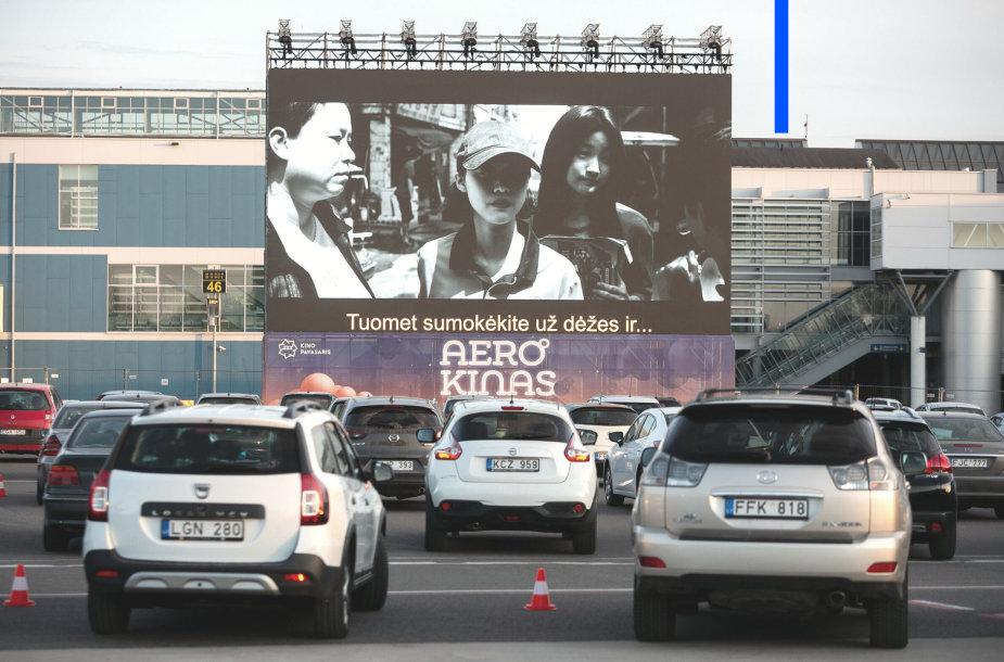 Akimirka iš pirmojo kino seanso Vilniaus oro uoste