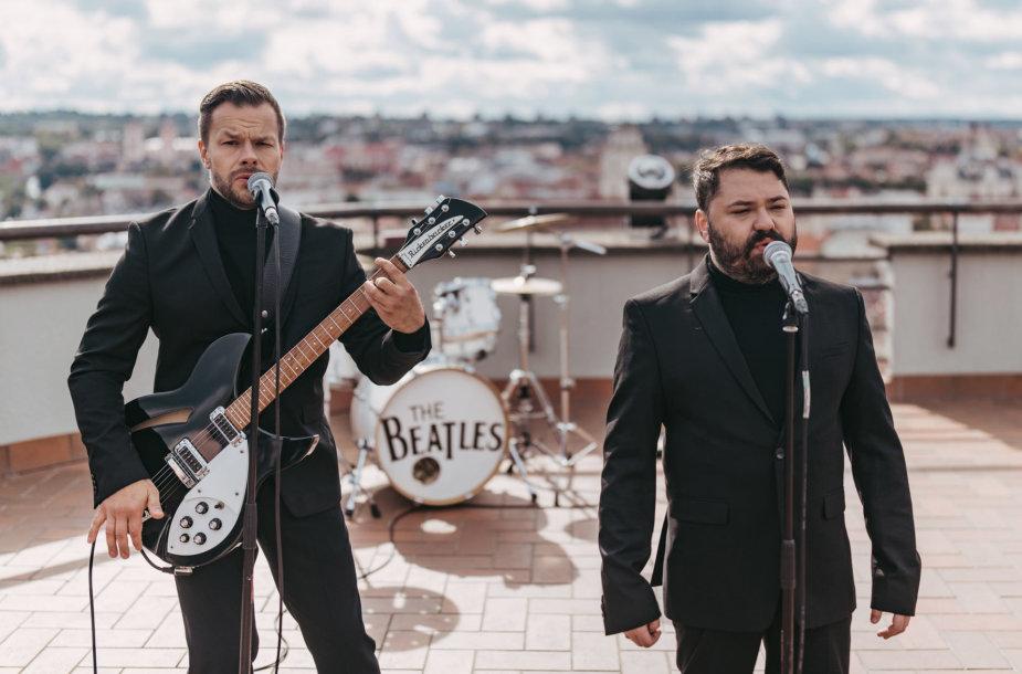 """Rafailas Karpis ir Jokūbas Bareikis ant Vilniaus stogų sugrojo """"The Beatles"""" dainas"""