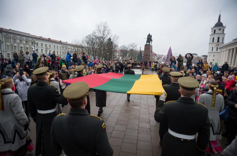 Katedros aikštėje Vilniuje įvyko Lietuvos vėliavos dienos minėjimas.
