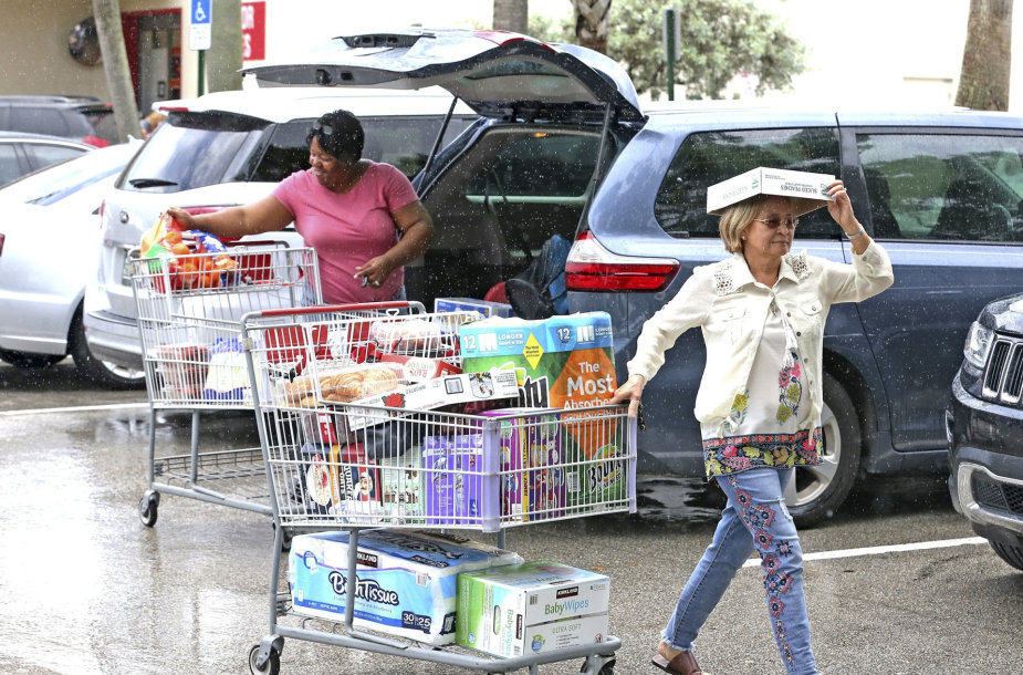 Bahamų ir Floridos valstijos gyventojai ruošiasi artėjančiam uraganui Dorian