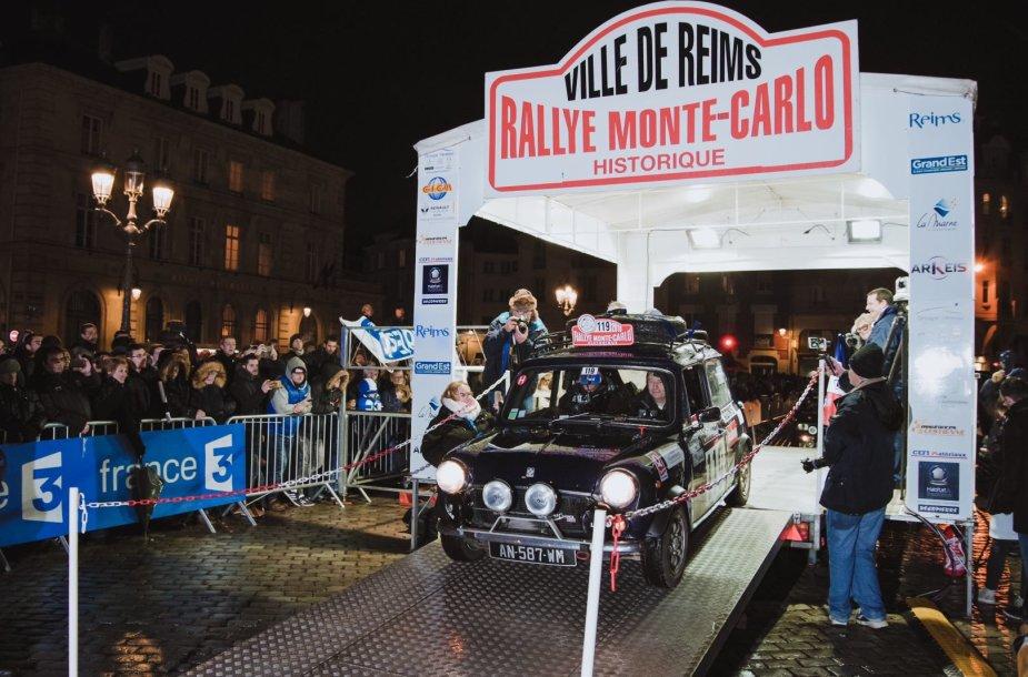 """Karolis Raišys ir šturmanas Vidimantas Gečiauskas 1965 m. gamybos """"MGB Roadster"""" iš viso per penkias dienas iki Monako turės nuvažiuoti daugiau kaip 2200 kilometrų."""