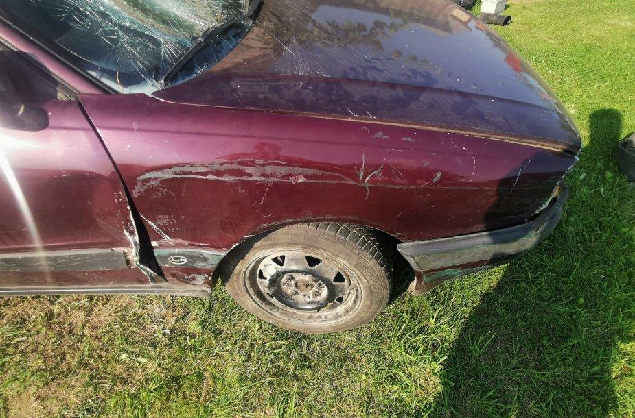 Kėdainių rajone girtas vairuotojas įvažiavo į tvorą