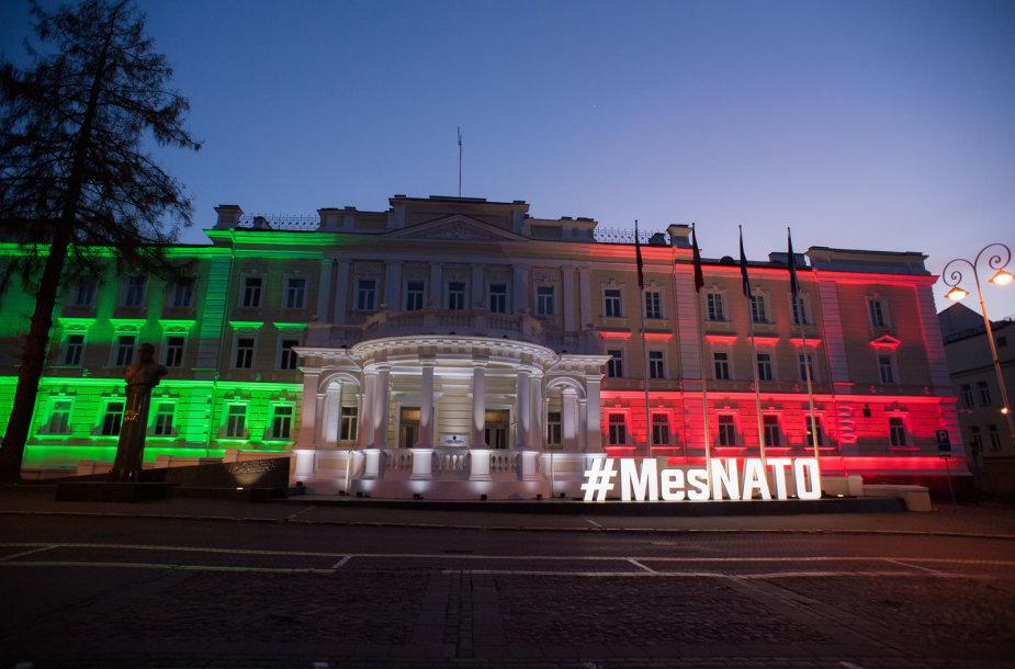 Lietuvos URM nusidažė Italijos vėliavos spalvomis