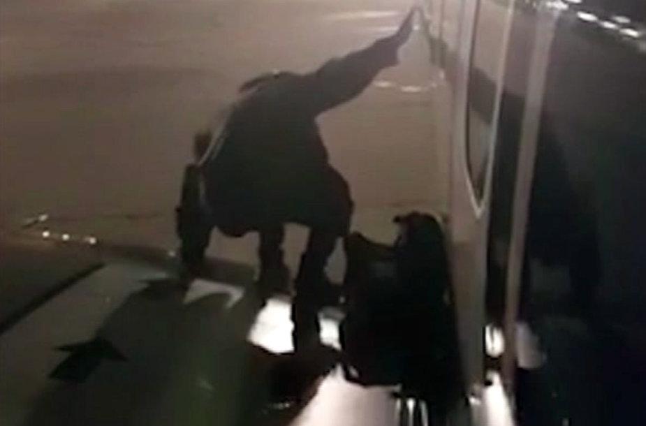 """Nekantrus """"Ryanair"""" keleivis bandė išlipti iš lėktuvo per avarinį išėjimą"""