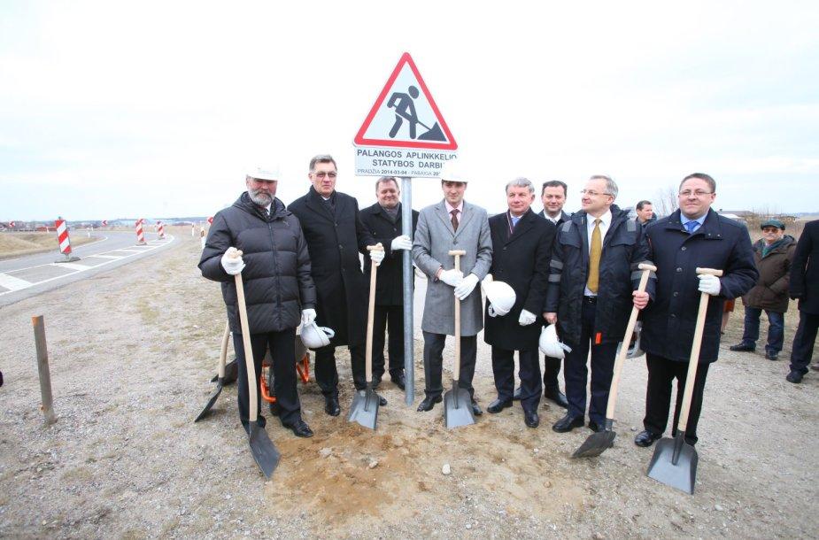 """statybos darbų pradžia simboliškai pažymima kelio ženklo """"Kelio darbai"""" su specialia informacine lentele įkasimu aplinkkelio darbų teritorijoje."""