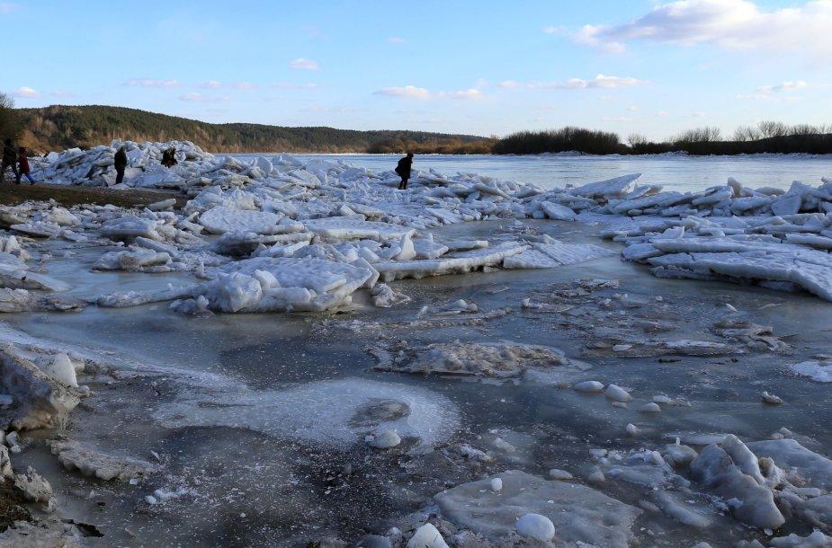 Neryje išlaužyti ledai