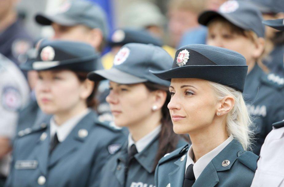 Prie Seimo vyko įspėjamoji statutinių pareigūnų protesto akcija.