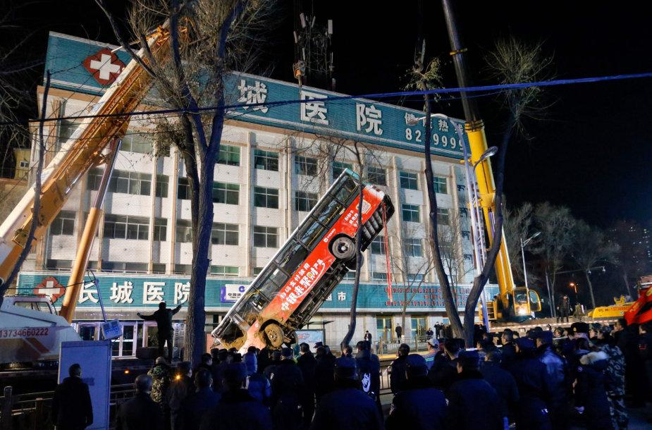 Kinijoje į atsivėrusią didžiulę duobę nugarmėjo autobusas