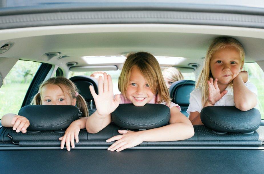 Vaikai automobilyje.