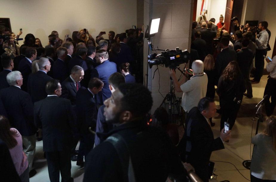Skaidrumo apkaltos procese reikalaujantys respublikonai kalba su žiniasklaida